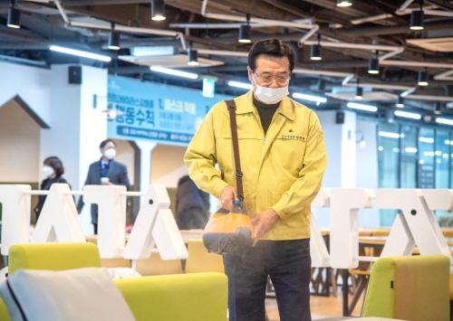 [용산구]  용산구 7번째 확진자 발생에 용산전자상가 소독에 열중하는 단체장