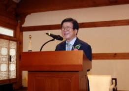 [국회의장]     국회 소속기관 관계자들과 인사 나눠
